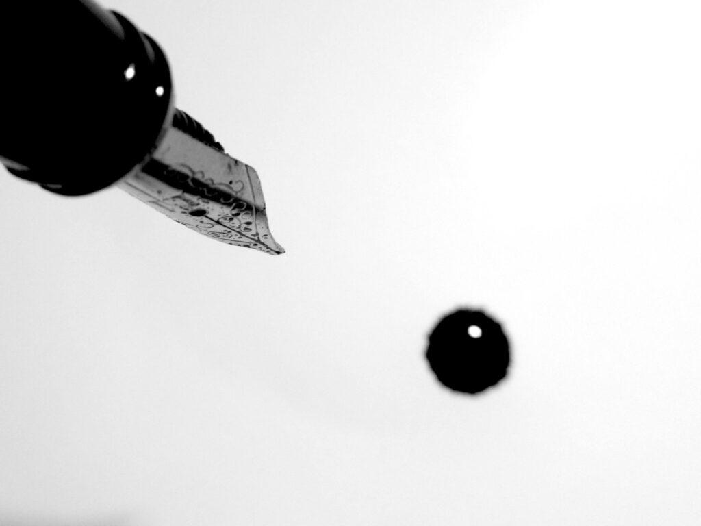 el tacto de  la tinta sobre la hoja